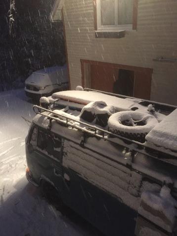 Le jour où nous devons amener le van au conteneur, de grosses chutes de neige nous forcent à partir à l'aube!